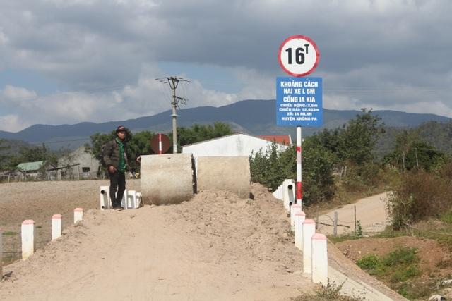 Gia Lai: Vì sao cống tiền tỷ xây xong, dân vẫn phải lội suối qua đường? - 2