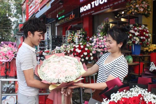 Lo sợ virus Corona, các shop hoa giảm nhập hồng ngoại - 1