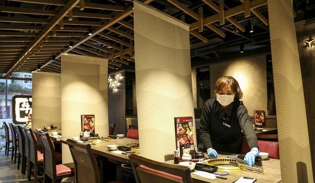 Nhà hàng lắp thêm lá chắn ngăn thực khách lây nhiễm virus cho nhau - 1