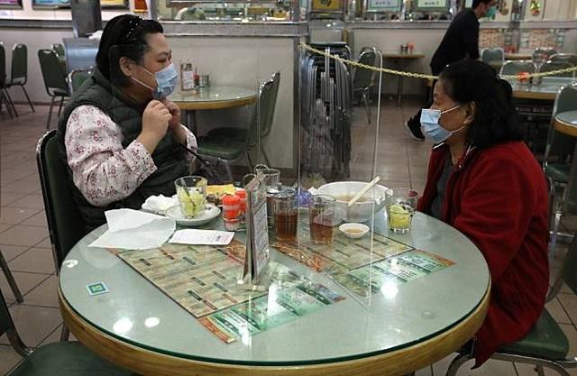 Nhà hàng lắp thêm lá chắn ngăn thực khách lây nhiễm virus cho nhau - 2