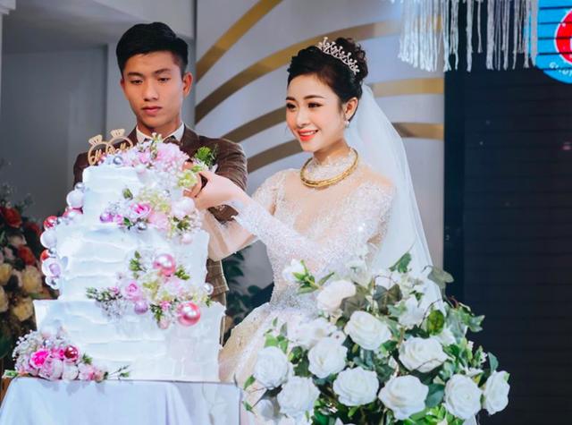 Fans nức nở khen cầu thủ Phan Văn Đức cưới được người vợ đảm đang - 5