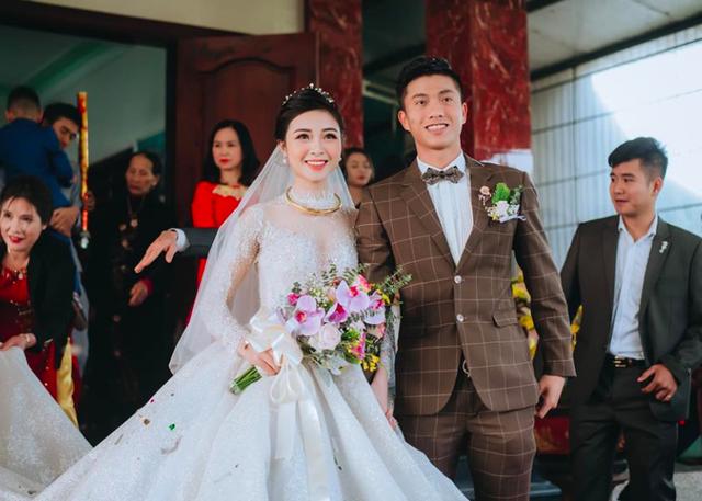 Fans nức nở khen cầu thủ Phan Văn Đức cưới được người vợ đảm đang - 4