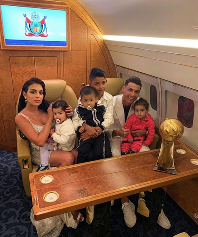 C.Ronaldo để lại ấn tượng với hình ảnh chăm con gái ngọt ngào - 2