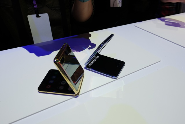 Cận cảnh smartphone màn hình gập Galaxy Z Flip - Nhỏ gọn và bóng bẩy - 1