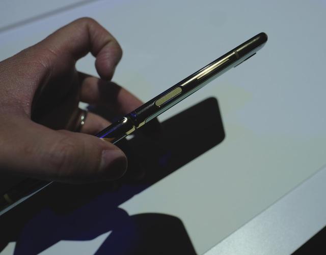 Cận cảnh smartphone màn hình gập Galaxy Z Flip - Nhỏ gọn và bóng bẩy - 13