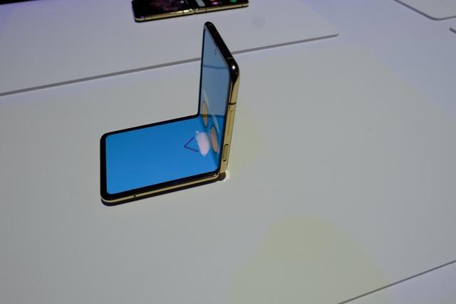 Cận cảnh smartphone màn hình gập Galaxy Z Flip - Nhỏ gọn và bóng bẩy - 14