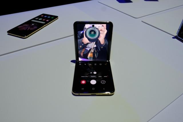 Cận cảnh smartphone màn hình gập Galaxy Z Flip - Nhỏ gọn và bóng bẩy - 15