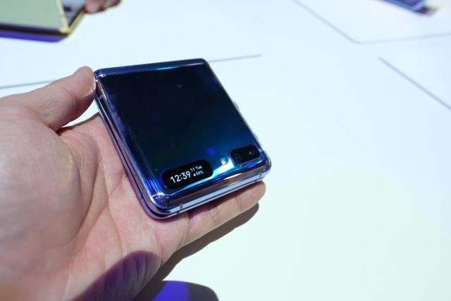 Cận cảnh smartphone màn hình gập Galaxy Z Flip - Nhỏ gọn và bóng bẩy - 9