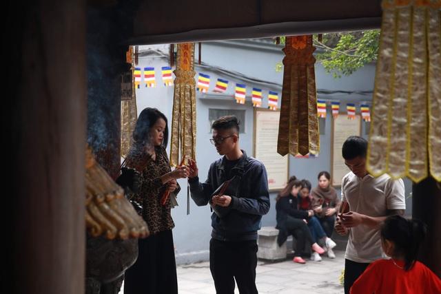 """Ngôi chùa """"chống ế"""" ở Hà Nội đông đúc nam thanh, nữ tú dịp Valentine - 1"""
