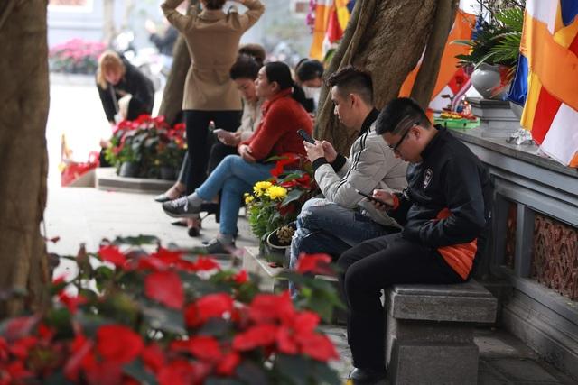 """Ngôi chùa """"chống ế"""" ở Hà Nội đông đúc nam thanh, nữ tú dịp Valentine - 10"""