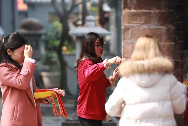 """Ngôi chùa """"chống ế"""" ở Hà Nội đông đúc nam thanh, nữ tú dịp Valentine - 9"""