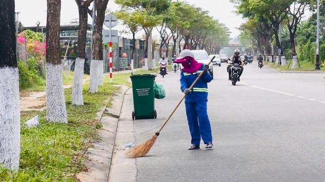 Khẩu trang y tế vương vãi khắp nơi trên đường phố Đà Nẵng - 3