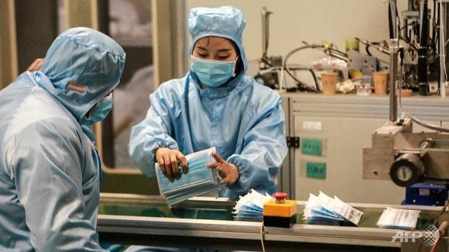 Công ty điện thoại, xe hơi Trung Quốc chuyển sang sản xuất khẩu trang  - 1
