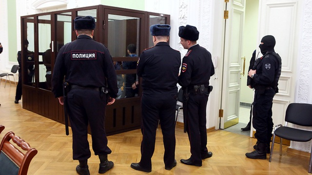 Cựu quan chức Nga rút súng tự tử trước tòa - 2