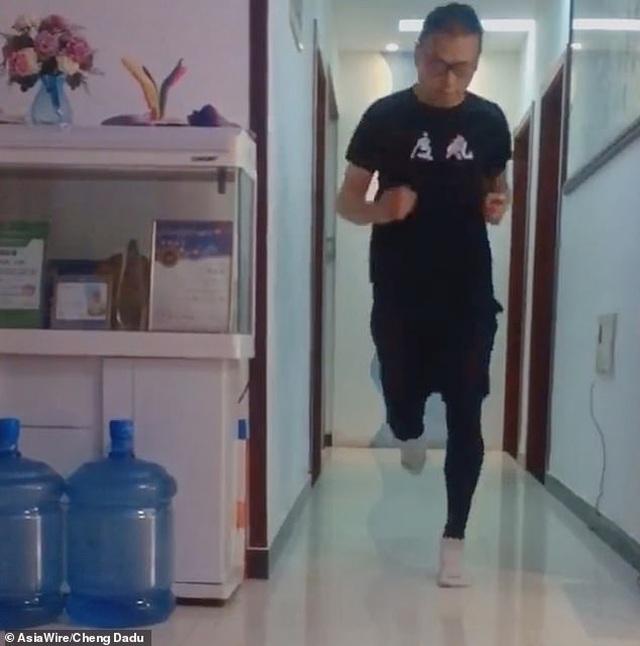 Giữa dịch corona, vận động viên marathon chạy 50km ngay trong căn hộ - 1