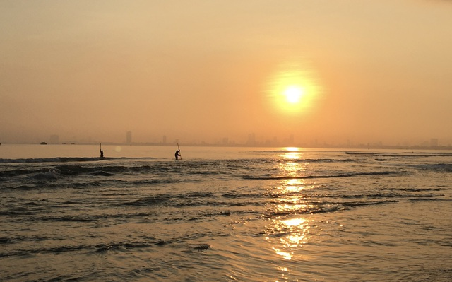 Đà Nẵng: Ngư dân thu tiền triệu mỗi ngày nhờ cào ốc gạo - 1