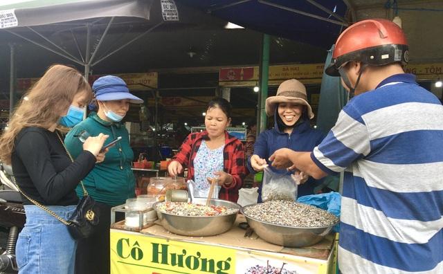 Đà Nẵng: Ngư dân thu tiền triệu mỗi ngày nhờ cào ốc gạo - 4