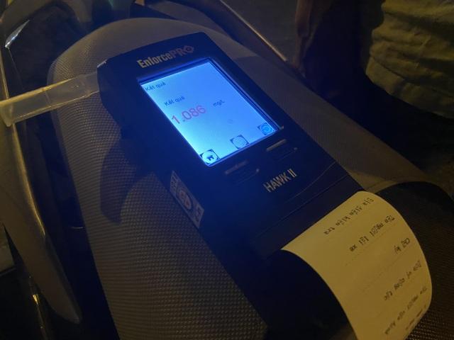 CSGT đeo khẩu trang, găng tay y tế kiểm tra nồng độ cồn - 4
