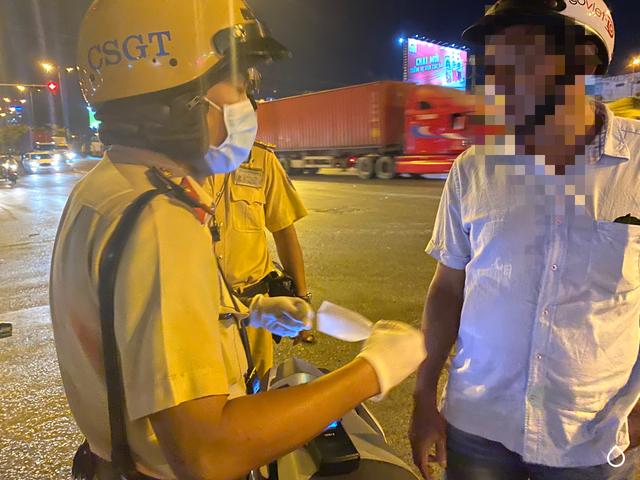 CSGT đeo khẩu trang, găng tay y tế kiểm tra nồng độ cồn - 3