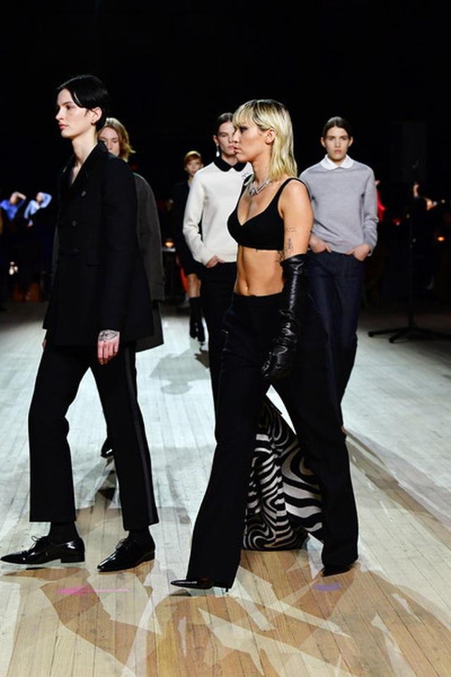 Miley Cyrus bất ngờ làm người mẫu - 1
