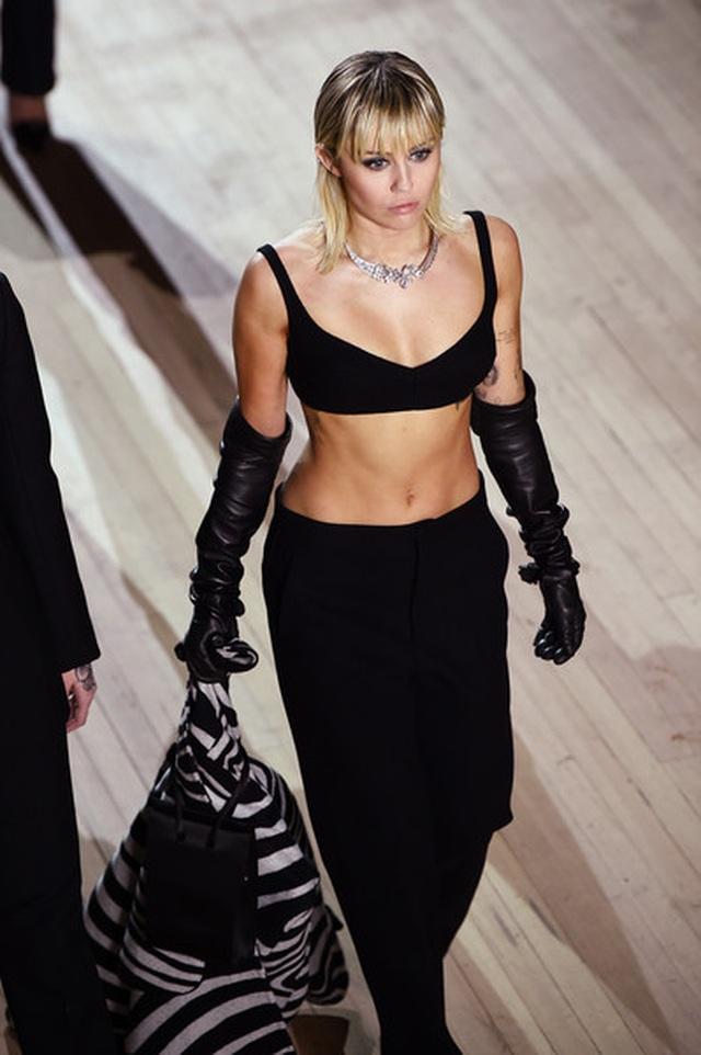 Miley Cyrus bất ngờ làm người mẫu - 4
