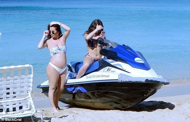 Lauryn Goodman gợi cảm đi biển sau khi tiết lộ cha của đứa bé trong bụng  - 8