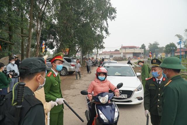 Lực lượng chức năng thực hiện phong tỏa, cách ly tại tâm dịch Sơn Lôi - 4
