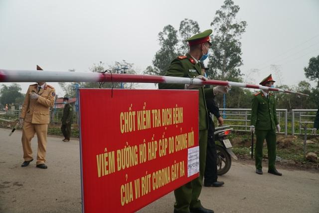 Lực lượng chức năng thực hiện phong tỏa, cách ly tại tâm dịch Sơn Lôi - 3