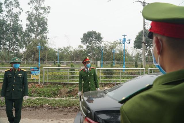 Lực lượng chức năng thực hiện phong tỏa, cách ly tại tâm dịch Sơn Lôi - 5