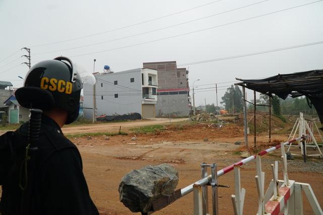 Lực lượng chức năng thực hiện phong tỏa, cách ly tại tâm dịch Sơn Lôi - 7