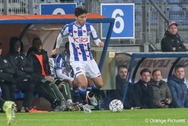 Văn Hậu hết cửa ra sân ở trận gặp Feyenoord - 1