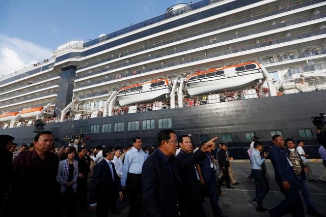 """Thủ tướng Campuchia cầm hoa ra đón du thuyền bị các nước """"hắt hủi"""" - 12"""