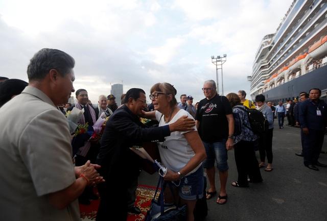 """Thủ tướng Campuchia cầm hoa ra đón du thuyền bị các nước """"hắt hủi"""" - 9"""