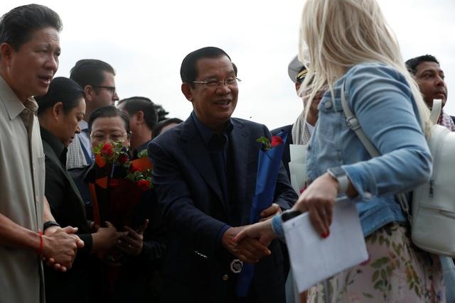 """Thủ tướng Campuchia cầm hoa ra đón du thuyền bị các nước """"hắt hủi"""" - 6"""