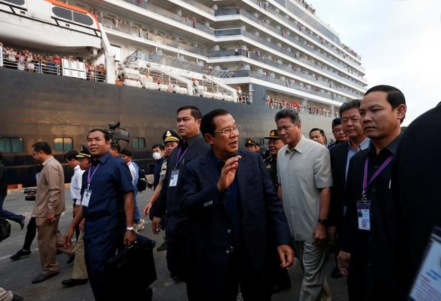 """Thủ tướng Campuchia cầm hoa ra đón du thuyền bị các nước """"hắt hủi"""" - 8"""