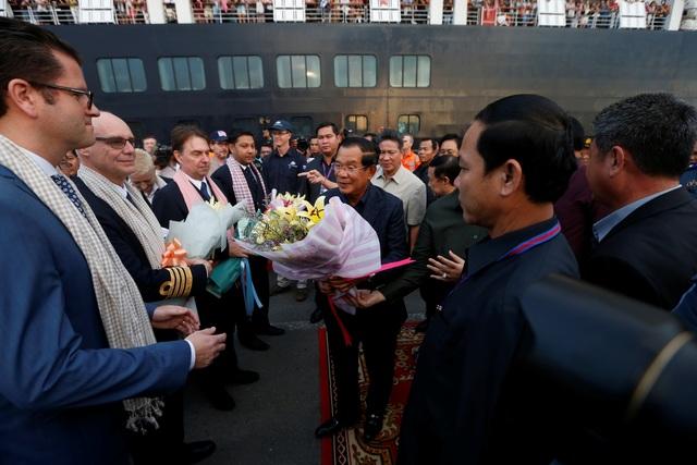 """Thủ tướng Campuchia cầm hoa ra đón du thuyền bị các nước """"hắt hủi"""" - 5"""