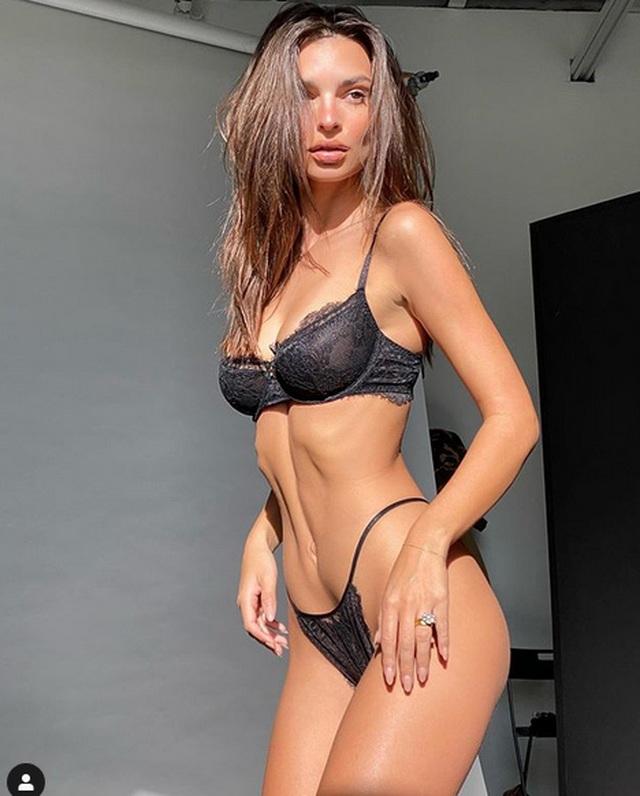 Emily Ratajkowski khoe dáng với bikini - 7