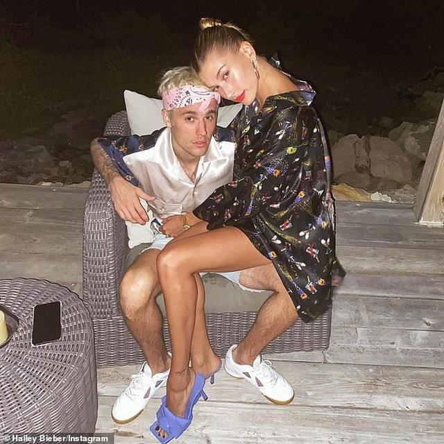 Hailey Bieber khoe chân thon nuột nà - 7