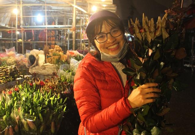 Chợ hoa đêm trước thềm Valentine: Giá hoa còn rẻ hơn dịp Tết  - 9