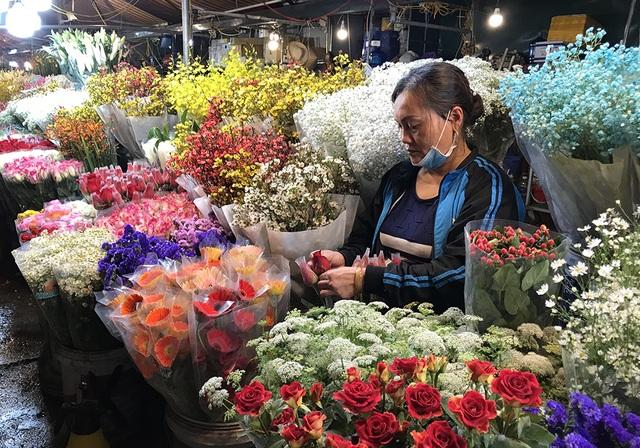 Chợ hoa đêm trước thềm Valentine: Giá hoa còn rẻ hơn dịp Tết  - 8
