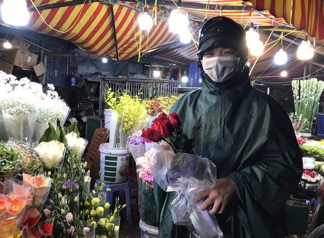 Chợ hoa đêm trước thềm Valentine: Giá hoa còn rẻ hơn dịp Tết  - 4