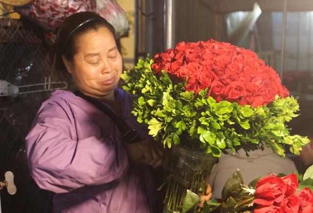 Chợ hoa đêm trước thềm Valentine: Giá hoa còn rẻ hơn dịp Tết  - 5