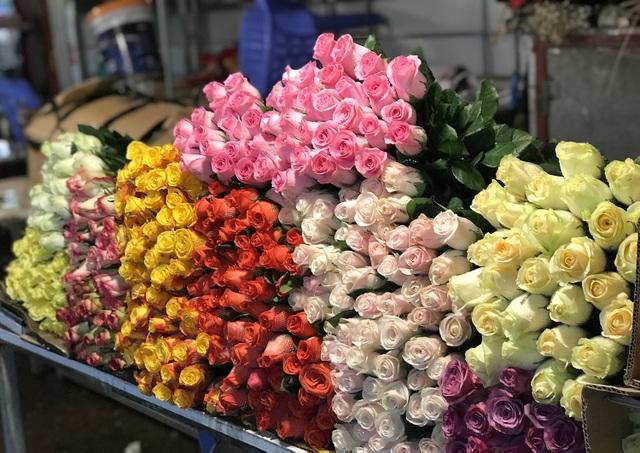 Chợ hoa đêm trước thềm Valentine: Giá hoa còn rẻ hơn dịp Tết  - 1