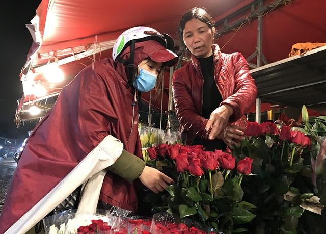 Chợ hoa đêm trước thềm Valentine: Giá hoa còn rẻ hơn dịp Tết  - 3
