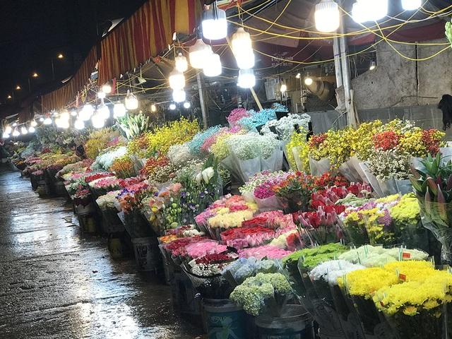 Chợ hoa đêm trước thềm Valentine: Giá hoa còn rẻ hơn dịp Tết  - 2