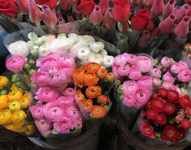 Chợ hoa đêm trước thềm Valentine: Giá hoa còn rẻ hơn dịp Tết  - 6