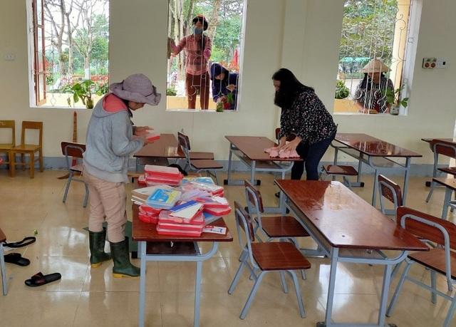 Hà Tĩnh: Giáo viên, phụ huynh hối hả dọn vệ sinh để đón học sinh trở lại - 1