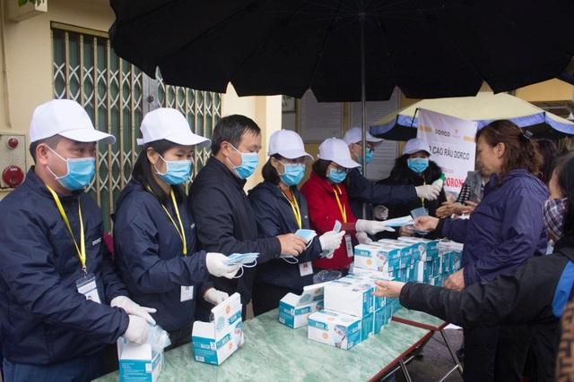 Công ty TNHH sản xuất và thương mại Tuấn Vinh phát khẩu trang miễn phí cho người dân - 3