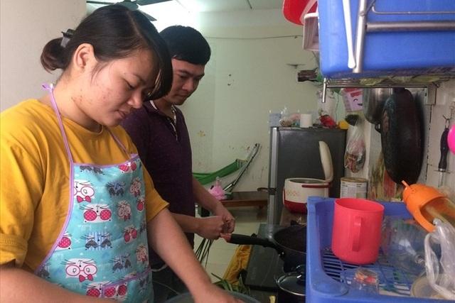 Vợ chồng công nhân tặng nhau một bữa cơm thật ngon cho ngày Valentine - 1