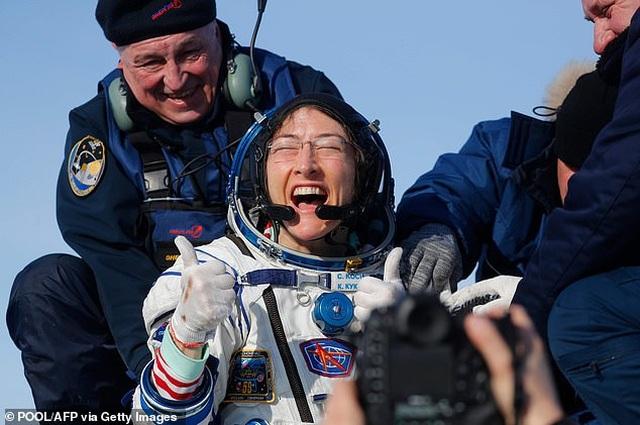 Ấm áp khoảnh khắc cún cưng đón nữ phi hành gia trở về sau 328 ngày xa cách - 1
